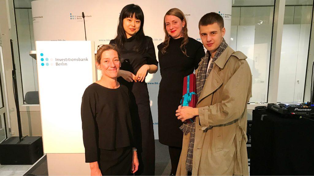 Bei der Verleihung des 13. IBB-Preises für Photographie im November 2019: Stephanie Bucksch, Preisträgerin Yuni Kim, Simone Reiser und Daniel Topka, Anerkennungspreisträger (v.l.)